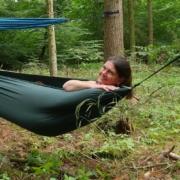 Bild von Romana in einer Hängematte im Wald